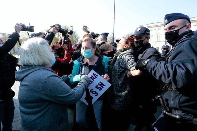 Protest Obywateli RP przed Sądem Najwyższym. W tle wniosek o zatrzymanie Igora Tulei. Zatrzymano 6 osóbfot. adam jankowski / polska press