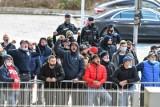 Kibice Arki Gdynia przyszli wspierać drużynę w ważnym meczu z Górnikiem Łęczna. 13.03.2021 r. Na stadion wejść nie mogli [zdjęcia]