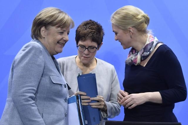 Największe szanse na objęcie schedy po kanclerz Angeli Merkel ma, zdaniem dziennikarzy, Annegret Kramp-Karrenbauer (w środku)