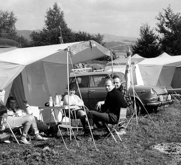 Wakacje na polu namiotowym były najpopularniejszym pomysłem na spędzenie wakacji. Wiele osób odwiedzało też ośrodki wypoczynkowe, gdzie czekały domki z płyty pilśniowej, dancingi i stołówki z pomidorową.