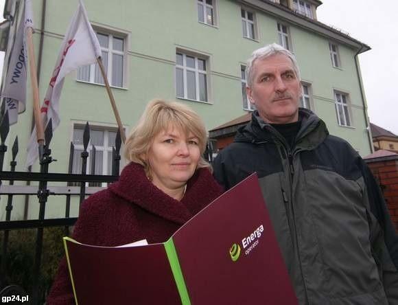 Anna Malinowska i Zbigniew Okołotowicz przed słupską siedzibą Energi.