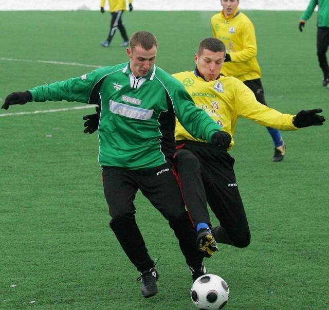 Piłkarze Stali Stalowa Wola (z lewej Iwan Litwiniuk) rozegrają dzisiaj kolejny sparing na sztucznej murawie, z nowymi zawodnikami w składzie.