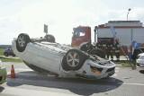 Wypadek na rondzie przy AOW. Dachował volkswagen. Rondo było zablokowane (ZDJĘCIA)