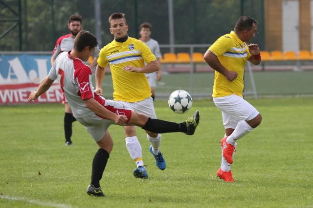 Piłkarze KS Grabówka (żółte koszulki) i Narwi Choroszcz zagrają w grupie 2. klasy A