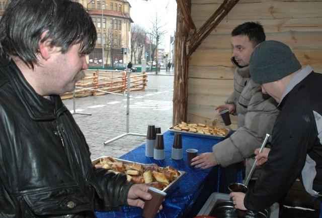 Wigilijna akcja pomocy osobom potrzebującym organizowana już była m.in. przed słupskim ratuszem.