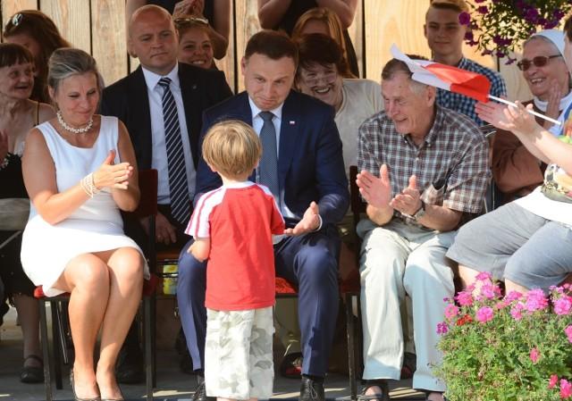Do prezydenta Andrzeja Dudy niespodziewanie podbiegł chłopczyk. Prezydent wziął dziecko na kolana.