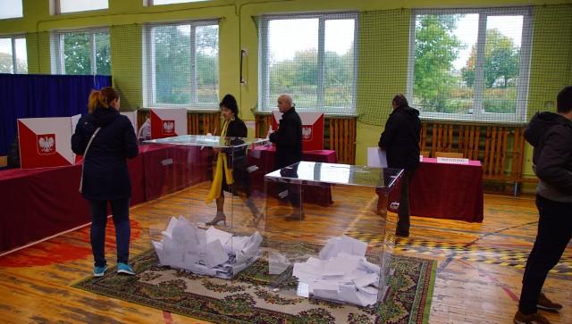Trwają wybory parlamentarne 2019. W powiecie sławieńskim lokale wyborcze otwarte zostały zgodnie z planem. Odwiedziliśmy Obwodową Komisję Wyborczą nr 5 znajdującą się w Szkole Podstawowej nr w Sławnie. Głosowanie w tegorocznych wyborach parlamentarnych na terenie powiatu sławieńskiego przebiega bez zakłóceń. Swój głos można oddać w godzinach od 7 do 21. Byliśmy w lokalu wyborczym znajdującym się przy ul. Kossaka 31 w Sławnie, gdzie jeszcze przed godz. 12:00 panował spory ruch. Wyniki frekwencji w powiecie sławieńskim podane zostaną po godz. 12 oraz po godz. 17. W powiecie sławieńskim uprawnionych do głosowania w tegorocznych wyborach parlamentarnych jest 43 294 osób, w tym w Sławnie 9474 osoby, w Darłowie 10 474, w gminie Sławnie 6714, w gminie Postomino 5417, w gminie Malechowo 5021, w gminie Darłowo 6251.