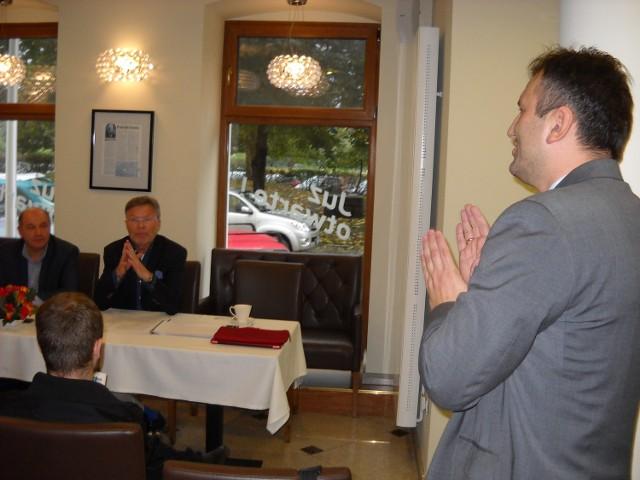 Arkadiusz Kuglarz, rzecznik marszałka województwa, polemizował na konferencji prasowej z przedstawicielami Dekady Aleksandrem Walczakiem i Ryszardem Urbańskim.