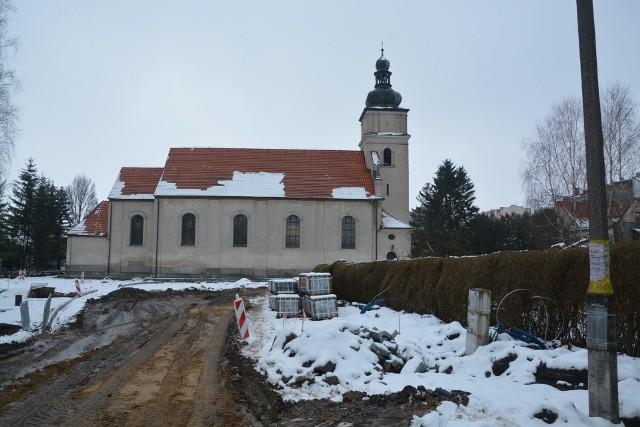 Podczas prac rewitalizacyjnych przy sępoleńskim kościele okazało się, że konieczne będą dodatkowe roboty. Trzeba wymienić grunt, a to generuje wyższe koszty