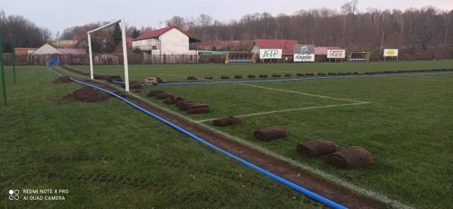 Prace przy układaniu systemu nawadniającego płytę stadionu miejskiego w Czaplinku.