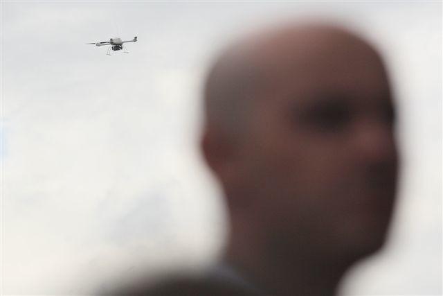 To, co zawisło nad głowami gości, otwierających MSPO w halach Targów Kielce, było bezzałogowym urządzeniem, sterowanym z ziemi, na którym umieszczono kamerę.