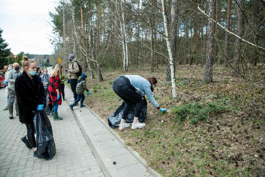 Białystok. We wtorek w południe TaniaKsiazka.pl posprzątała las na Pietraszach [zdjęcia]