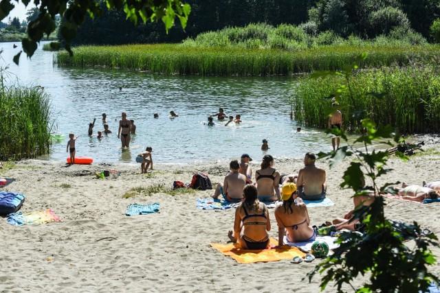Plaża w Borównie od lat z powodzeniem przyciąga spragnionych wodnej ochłody. Parę dni temu na tej niestrzeżonej (druga, płatna zarządzana jest przez WOPR) pojawiły się znaki o zakazie kąpieli.