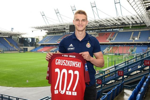 Konrad Gruszkowski zbiera kolejne minuty w Wiśle Kraków. Klub z Reymonta podpisał z nim umowę do 2022 roku z opcją przedłużenia
