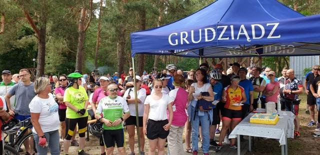 """Tort z okazji setnego rajdu rowerowego Grudziądza zjedli uczestnicy tej wycieczki. Oczywiście po dojechaniu na metę. Rajd """"Do św. Bartłomieja w Wabczu"""" odbył się w niedzielę, 14 czerwca"""