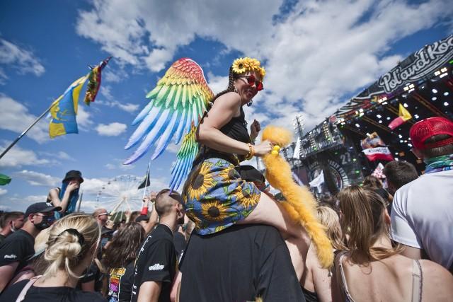 Pol'and'Rock Festival 2021 w Płotach rozpoczęty. Na dużej festiwalowej scenie publiczność powitał Jurek Owsiak. Powiewało mnóstwo flag, a na twarzach festiwalowiczów królował uśmiech.