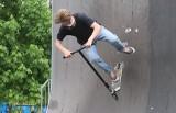 Miłośnicy hulajnóg i deskorolek jeżdżą (w maseczkach!) w Parku Leśniczówka w Radomiu. Zobacz ich wyczyny