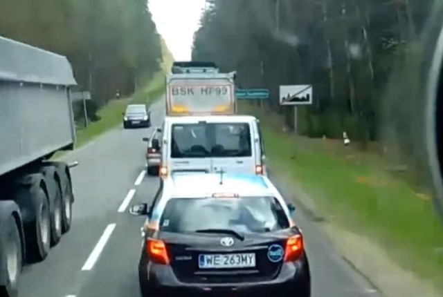 W sieci opublikowane zostało nagranie, na którym polski kierowca ciężarówki każe posprzątać śmieci wyrzucone z innego auta. Najprawdopodobniej Białorusin nagle wyrzuca śmieci przez okno samochodu. Reakcja Polaka jest natychmiastowa. Po chwili z auta z którego wypadły śmieci wychodzi mężczyzna i zbiera je. Zobacz reakcję polskiego kierowcy - kliknij na kolejne zdjęcie i zobacz filmPogoda na weekend