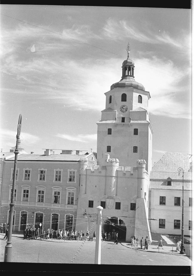 Brama Krakowska w kadrze Edwarda Hartwiga. Do 1952 roku pełniła rolę strażnicy straży ogniowej. Strażacy wypatrywali pożarów stojąc na balkonie, który został zlikwidowany w czasie remontu zabyku przeprowadzonego w 1954 roku. Prace remontowe Bramy i kamienic na Starym Mieście poprzedziły ogólnopolskie obchody X-lecia PKWN.