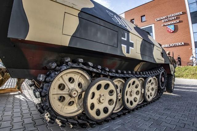 """Niemiecki transporter opancerzony Sdkfz 251 przed """"Perłą"""" w Nowinach"""