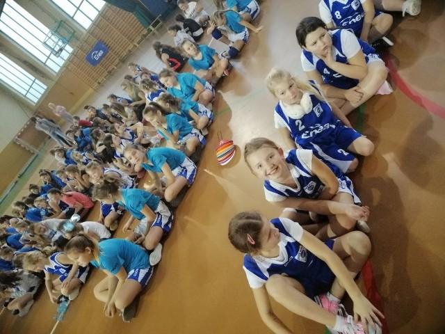 7.grudnia na hali sportowo-widowiskowej Zespołu Szkół w Rzepinie odbył się Mikołajkowy Turniej Mini Basket Ligi, który został objęty patronatem Burmistrza Rzepina.