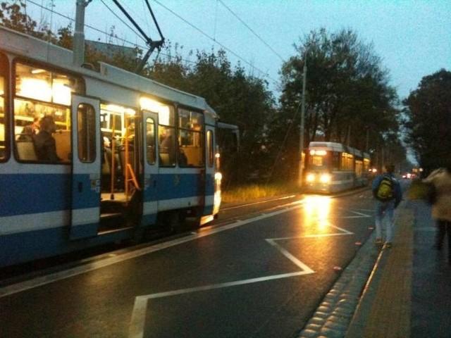Ulica Przyjaźni i spotkanie dwóch tramwajów na jednym torze, zdjęcie ilustracyjne