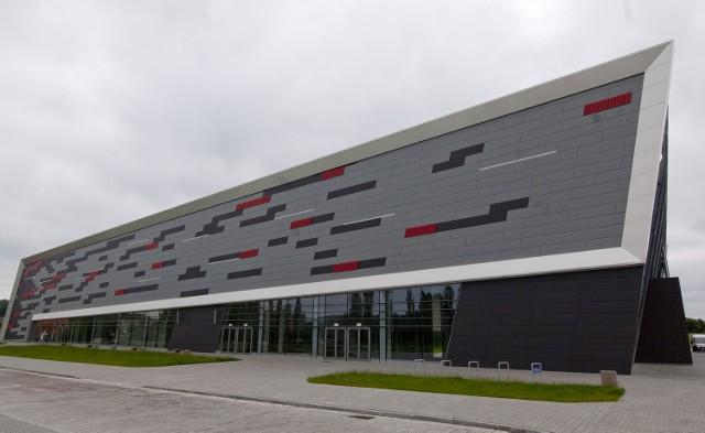 Nowi dzierżawcy w hali widowiskowo-sportowej w KoszalinieNiedawno podpisano umowę o utworzeniu spółki, której działalność będzie oparta na zespole specjalistycznych gabinetów lekarskich oraz bazie umożliwiającej profesjonalną rehabilitację z odnową biologiczną.