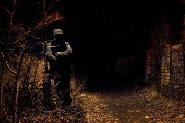 Mężczyzna krążący po bydgoskim Fordonie miał być ubrany w czarną bluzę z nasuniętym na głowę dużym kapturem, ciemne dresowe spodnie i czarne buty
