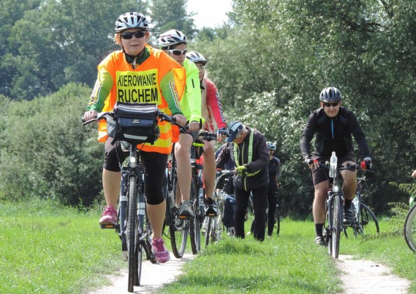 """Klub Turystyki Rowerowej """"Kujawiak"""" zaprosił cyklistów do wyruszenia na trasę Śladami Jana Kasprowicza. Z oferty skorzystało ok. 60 cyklistów"""