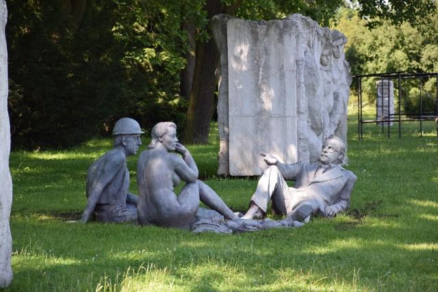 """Inspirowana obrazem Eduarda Maneta rzeźba """"Śniadanie na trawie"""" w Dolinie Trzech Stawów w Katowicach"""