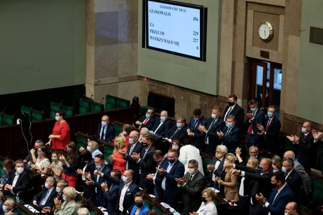 """Prof. Chwedoruk o """"lex TVN"""": Nie widać żadnego poważnego politycznego celu, który PiS mógłby osiągnąć forsując bezwzględnie tę ustawę"""
