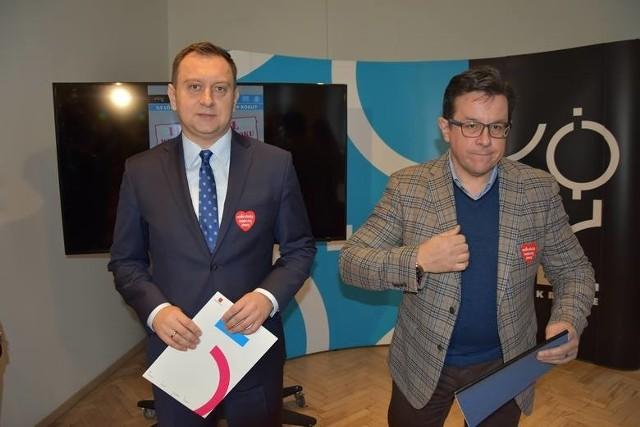 Tomasz Trela i Krzysztof Makowski zastanawiają się, kiedy Skarb Państwa odda miastu nadpłatę za prąd.