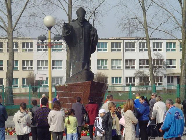 Takiej ciszy pod pomnikiem Jana Pawła II nie było chyba nigdy, choć zgromadziły się pod nim setki wiernych.
