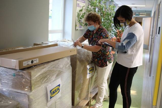 Nowe sprzęty od sieci IKEA otrzymały oddziały psychiatrii dzieci i młodzieży w Szpitalu Klinicznym im. Karola Jonschera w Poznaniu oraz w Szpitalu Dziekanka w Gnieźnie.