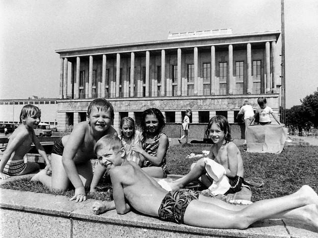 Latem fontanna przed Teatrem Wielkim zawsze cieszyła się powodzeniem wśród najmłodszych