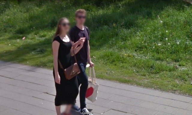Dzięki Google Street View można wirtualnie zwiedzać miasta i oglądać ich mieszkańców. Okazuje się, że czasami aparat Google'a uwiecznił ciekawe momenty. Na zdjęciach z Poznania nie brakuje na przykład trzymających się za rękę lub przytulających się par. Sprawdźcie - może wśród nich jesteście Wy lub Wasi znajomi?Kolejne zdjęcie -->