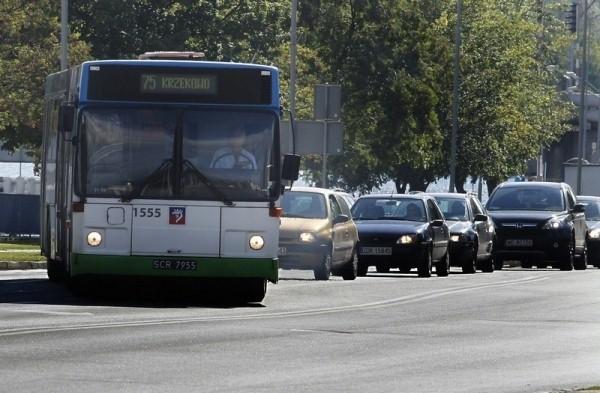 Tramwaje i autobusy kursują po mieście planowo.