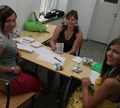 Studentka ekonomii Małgorzata Dziedzicka (w środku) specjalnie przyjechała z Niemiec, aby móc pójść na pielgrzymkę. Zapisu pątniczki dokonują Margarita Grodzka (z lewej) i Marta Olszyńska.