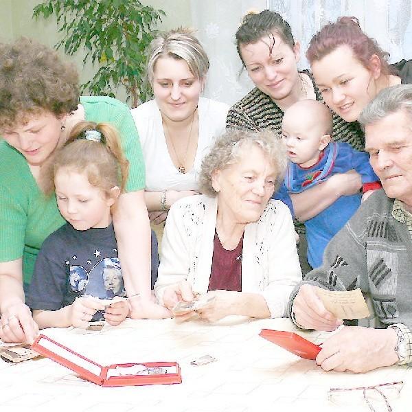 - Zobaczcie tak wyglądaliśmy, gdy byliśmy młodzi! - mówią Janina i Tadeusz Augustowie do swoich córek i wnuków, z którymi mieszkają jubilaci.