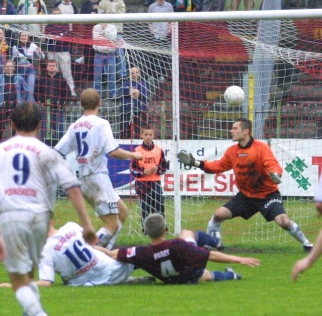 Ostatni raz Pogoń grała z Podbeskidziem 2 czerwca 2004 roku. Zwycięstwo 2:1 dało wtedy portowcom awans do ekstraklasy. Na zdjęciu fragment tego meczu - bramkę na wagę awansu strzela Tomasz Parzy (bordowa koszulka).