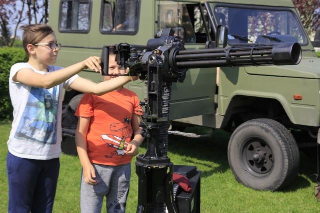 Wystawa sprzętu wojskowego przy szkole podstawowej w Łęczycy