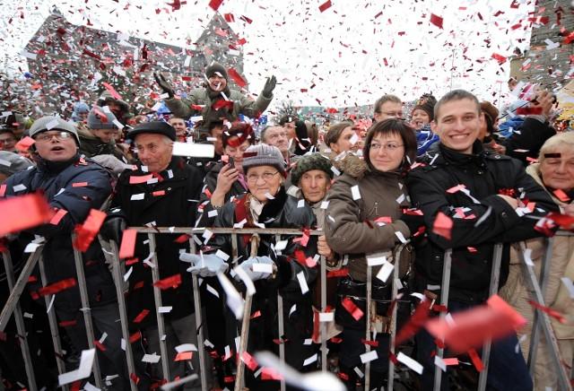 Podobnie jak w latach poprzednich na wiwat odpalono konfetti w kolorach polskiej flagi