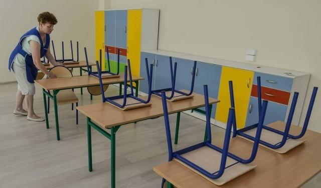 Chociaż do rozpoczęcia roku szkolnego został tylko miesiąc, dyrektorzy wciąż nie wiedzą, jak mają planować naukę.