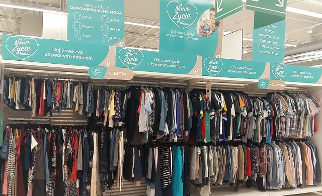 Auchan wprowadza do oferty używane ubrania znanych marek takich jak Tommy Hilfiger, Ralph Lauren czy H&M. Akcja nosi nazwę Nowe Życie by Auchan.  Używane ubrania można kupić w wybranych hipermarketach w Polsce. Sprawdźcie, ile za nie zapłacimy. Ceny i szczegóły oferty na kolejnych stronach >>>>