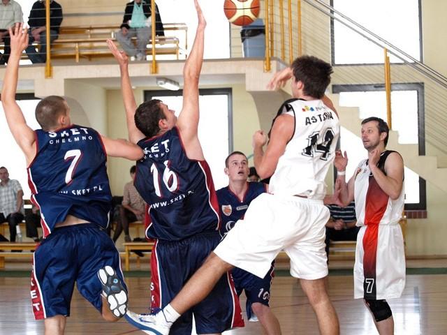 Migawka z finału Sket - Astoria. Grzegorz Tracz (nr 16) próbuje zablokować podanie Wojciecha Szafranka