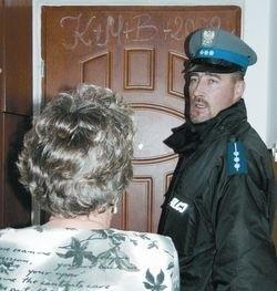 Dzielnicowy Grzegorz Rutkowski przekonuje jedną z mieszkanek ul. Insurekcyjnej, że niewłaściwe zachowania na naszych osiedlach trzeba bezwzględnie zgłaszać policji