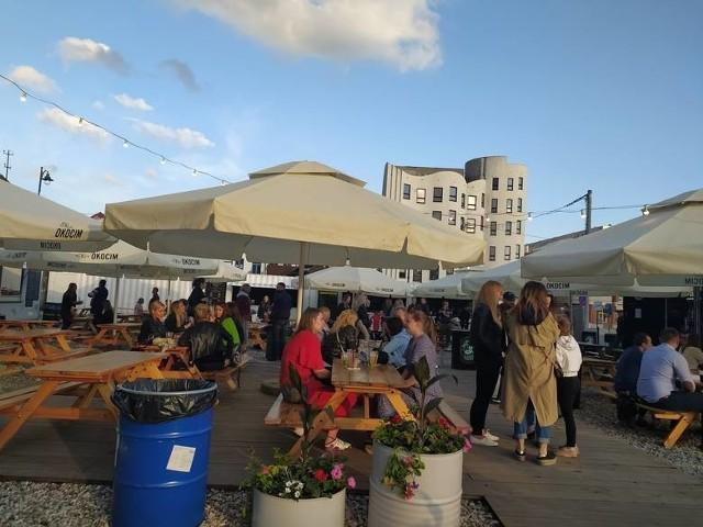 Street Food Młynowa wprowadza opłaty za wejście na strefę. W godzinach 22-2 za wejście zapłacimy odpowiednio: 5 zł w piątek i 10 zł w sobotę.