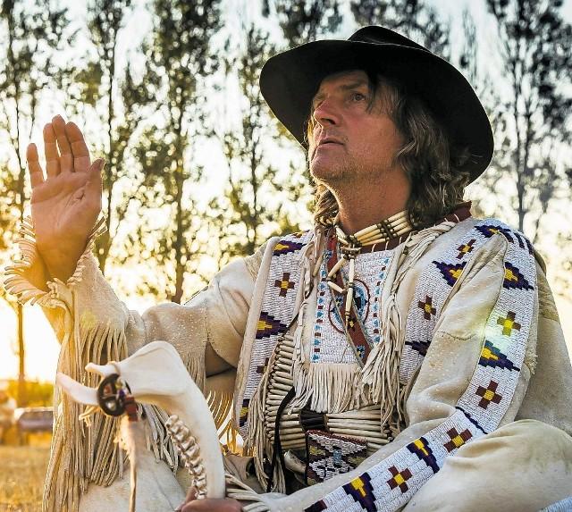 Jan Stachura z Bielsko-Białej prezentuje nam tradycyjny strój Indianina z prerii. Wykonany jest ze skóry jelenia. Mnóstwo tu też paciorków i ozdób wykonanych z kości ptaków. Obowiązkowy jest kołczan ze strzałami oraz oczywiście łuk.