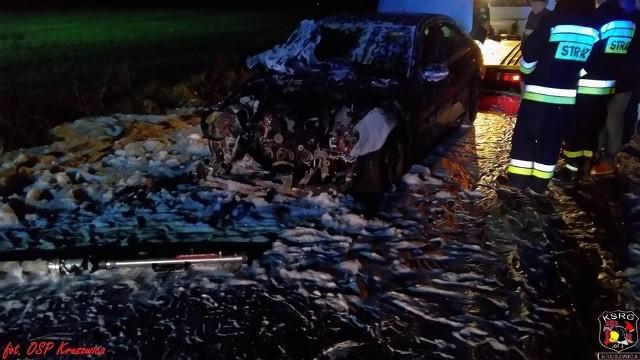 Wczoraj wieczorem na drodze między Łagiewnikami a Rzepowem (gmina Kruszwica) zapalił się samochód osobowy marki Mercedes. - Po dojechaniu na miejsce ogniem objęta była cała komora silnika. Pożar został ugaszony za pomocą jednego prądu piany ciężkiej - relacjonują strażacy z OSP Kruszwica. Na szczęście kierowcy nic się nie stało.Flesz - bezpieczne dziecko. To musisz wiedzieć!