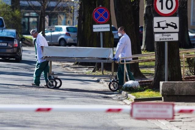 Od 1 do 30 kwietnia na COVID-19 zmarło łącznie 14 tys. 448 osób. Rekordowym dniem był 8 kwietnia, w którym rząd podał informację o 954 ofiarach śmiertelnych epidemii w Polsce.